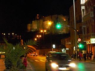 Am Rand der Calle Victoria beim Straßentunnel