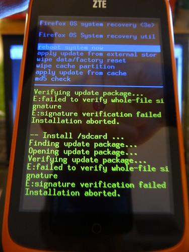 Foto des ZTE OPEN mit diversen Fehlermeldungen auf dem Bildschirm