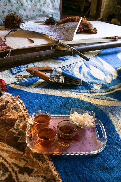Tea time during weaving carpet, Firuzabad, Iran フィルザバード、チャイと絨毯を織る道具たち