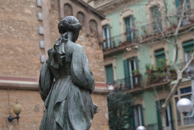 Statue de femme sur une place de Gracia à Barcelone