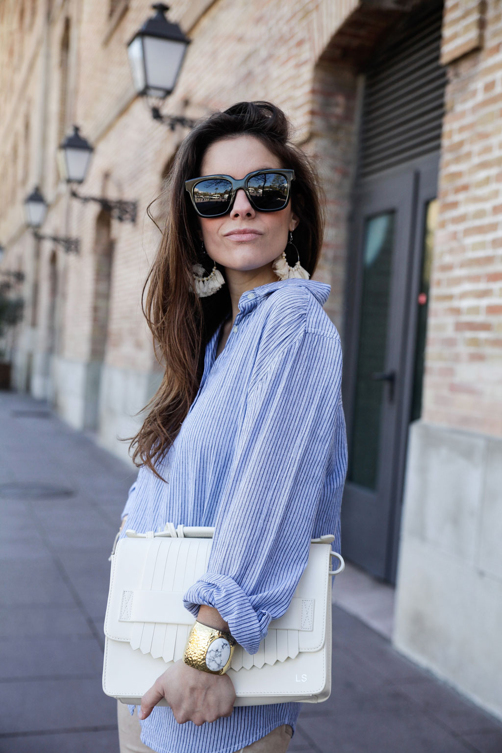 09_camisa_de_rayas_azules_para_primavera_estilo_sincerely_jules_theguestgirl_influencer_barcelona_the_guest_girl_laura_santolaria_fashion_blogger_content_creator_perpex_shoes