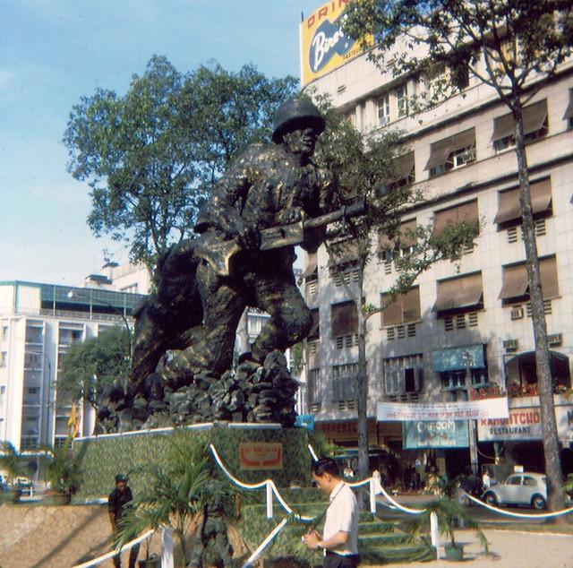 SAIGON 1966 by Jon W. Madzelan - Tượng đài TQLC, Công trường Lam Sơn