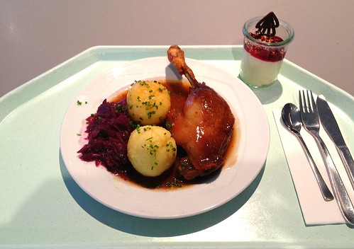 Geschmorte Entenkeule mit Blaukraut & Kartoffelknödeln / Stewed duck leg with red cabbage & potato dumplings