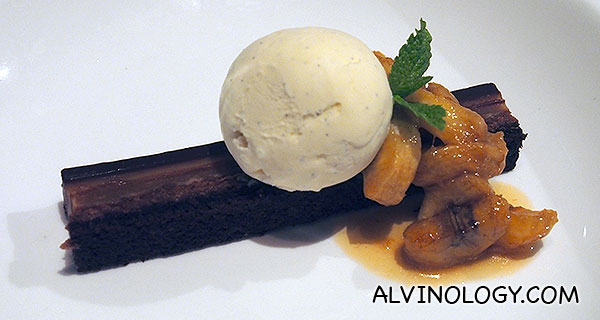 Snicker Bar – Salted caramel pudding, peanut better, chocolate ganache, feuilletine, flambed bananas, vanilla gelato (S$12)