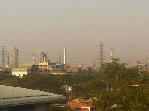 被工業區包圍的大林蒲,天空總是灰濛濛一片 空氣汙染已經是全台最嚴重的地區。9攝影/洪輝祥)