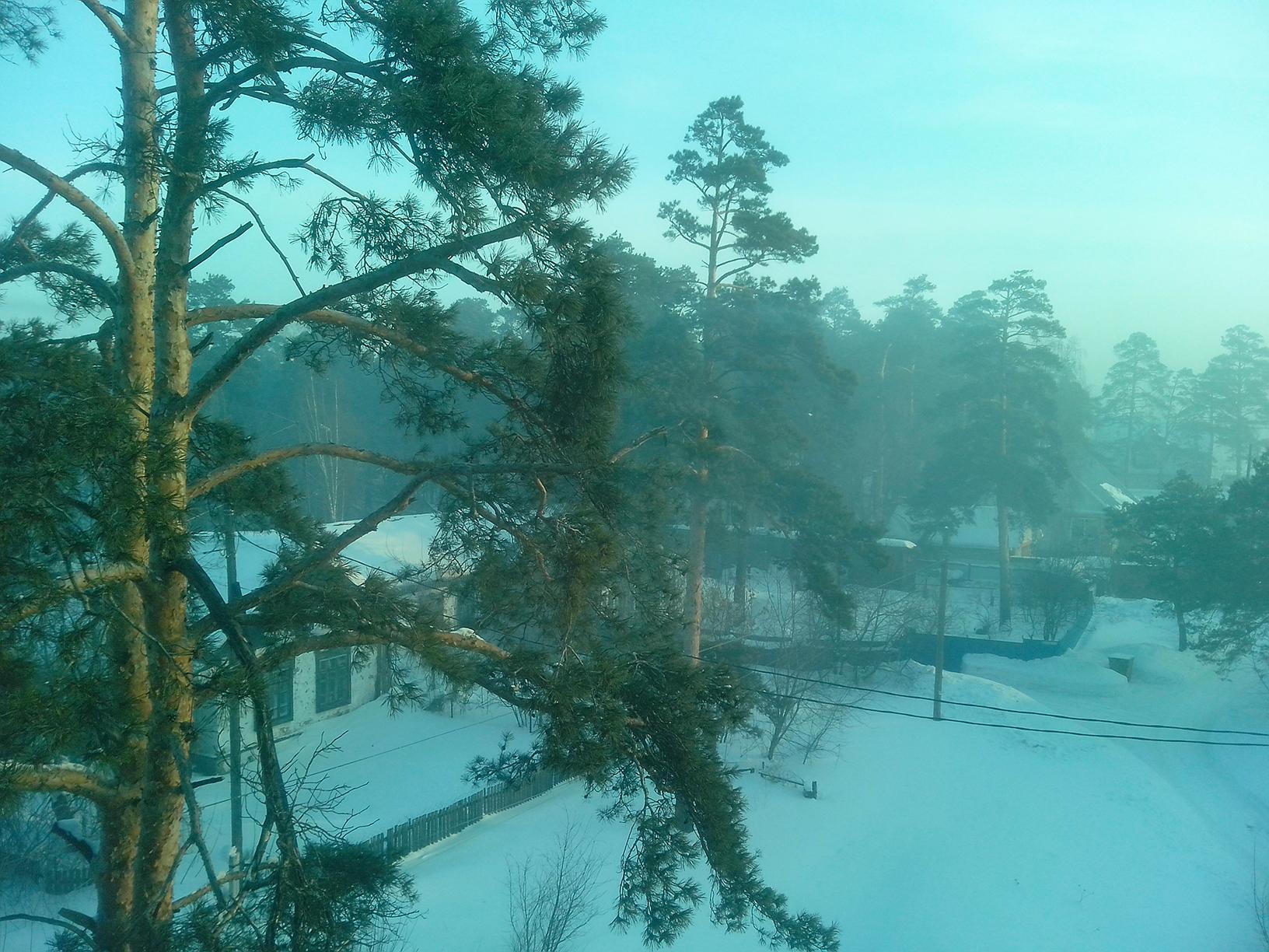 Вид из окна номера. По утрам живописный туман радует глаз. Но это углекислый газ!
