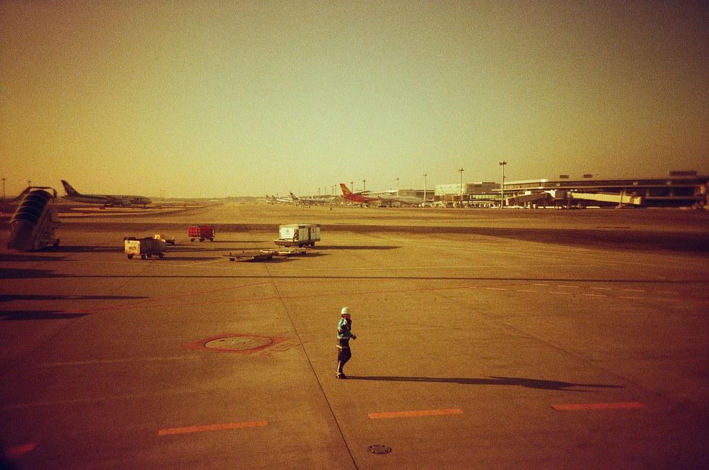 成田機場 NRT, Tokyo / Redscale / Lomo LC-A+ 常常都覺得機場工作的小人物每個人都很敬業,像是 ANA 地勤人員會在飛機離開停機位置、前往跑到時,一直站在揮手!  雖然聽起來好像就是公司要求的基本禮儀,但就覺得要感激,畢竟等等我坐的這架飛機要起飛!  Lomo LC-A+ Lomography Redscale XR 50-200 35mm 0399-0009 2017-01-22 Photo by Toomore