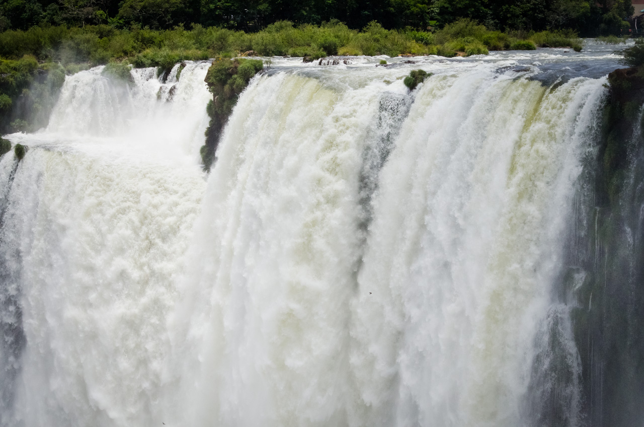 Una toma cercana de las caudalosas aguas del río Iguazú, capturada desde uno de los tantos miradores que poseen los circuitos de turismo en el Parque Nacional Iguazú. (Elton Núñez).
