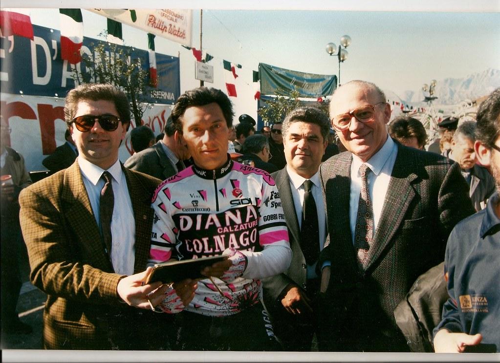 Giuseppe Saronni posa per una foto prima della partenza della Cerro-Atri (Tirreno-Adriatico 1989) - (foto inviata da Riccardo Rossi di Cerro al Volturno)