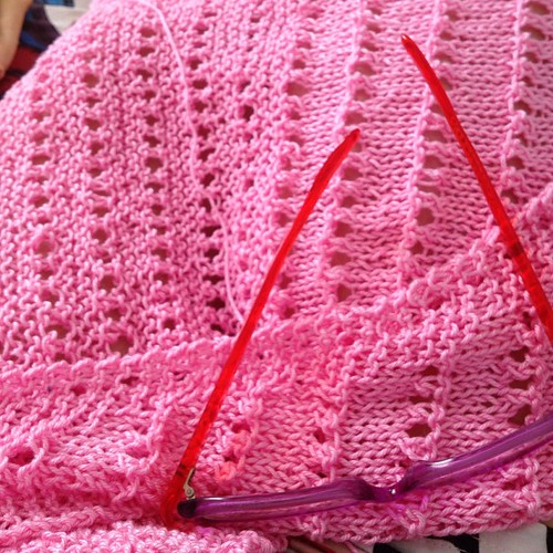Pink moment #yarn #schachenmayr #catania #knitting #kint #lavoroamaglia #ravelry #pattern #mistralestivo #emmafassioknitting #fattoamano #handmadewithlove #shawl