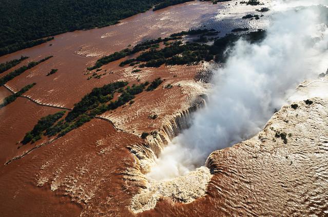 La garganta del diablo de cataratas de Iguazú desde el aire en helicóptero