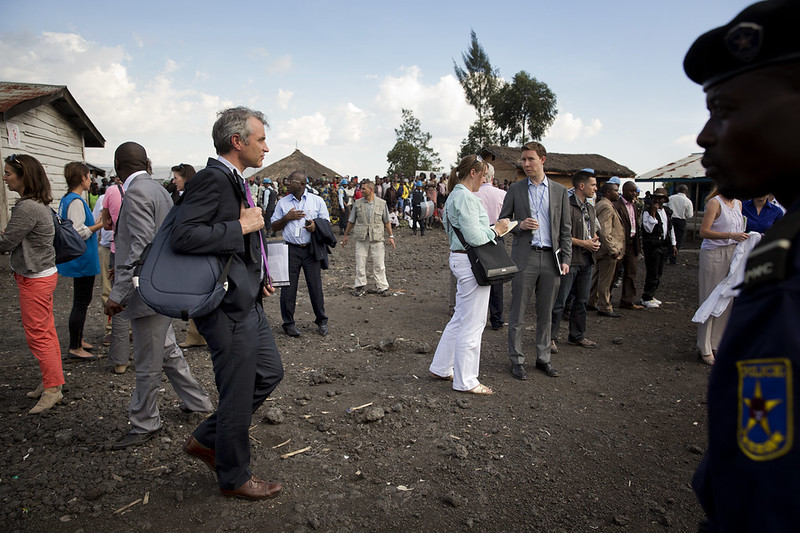 Membros do Conselho de Segurança da ONU reúnem-se com comitês de pessoas deslocadas no campo de Mugunga, perto de Goma, no dia 6 de outubro de 2013. Foto: MONUSCO/Sylvain Liechti