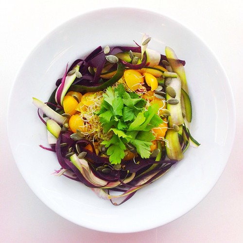 Carrots week, recipe n.2: purple shaved carrots, shaved courgettes, alfalfa sprouts, pumpkin seeds, yellow tomatoes, parsley. #salad #salads #saladjam #saladlunch #veg #vegan #veggie #veganlunch #veganshare #vegetarian #health #healthy #healthydiet #healt