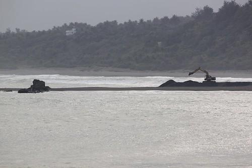 從金樽漁港堤防遠眺陸連島養灘工程怪手