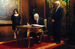 Secretary Kerry Signs the Guest Book at Malacanang Palace in Manila