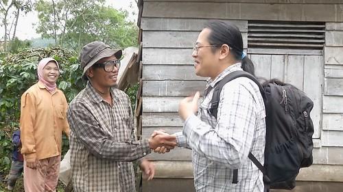 吳子鈺拜訪咖啡農。