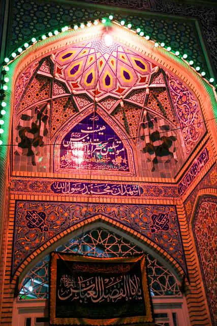 Colorfully illminated small mosque, Shiraz シラーズ、毳々しい電飾の小さなモスク