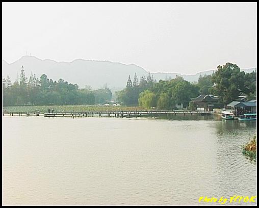 杭州 西湖 (其他景點) - 243 (在西湖十景之 蘇堤上的誇虹橋望向西湖十景之 曲婉風荷)