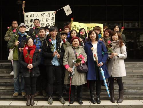 鄭燕與聲援民眾在地院門口合影