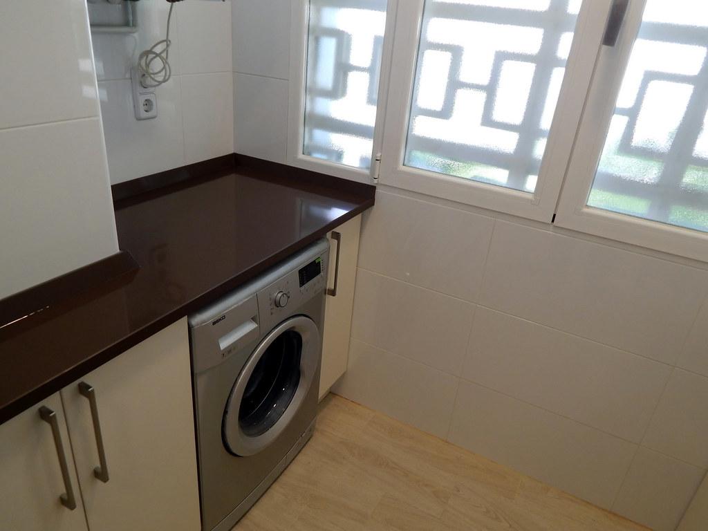 Brillo intenso en blanco y negro for Mueble lavadora cocina