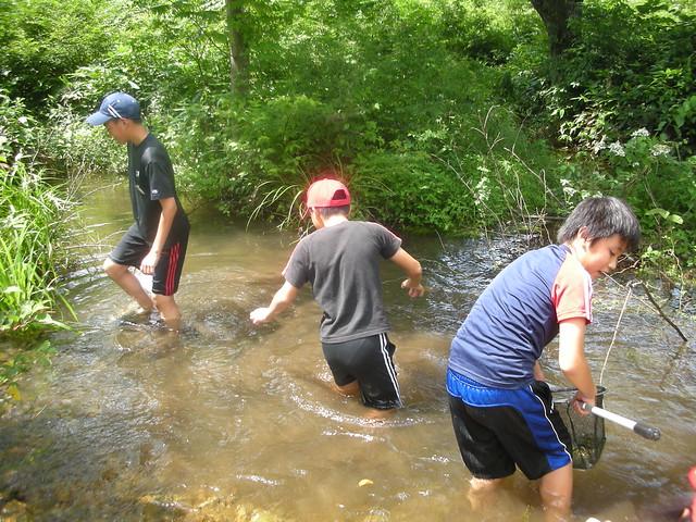 冷たい水もなんのその.突き進んでいく男子たち.