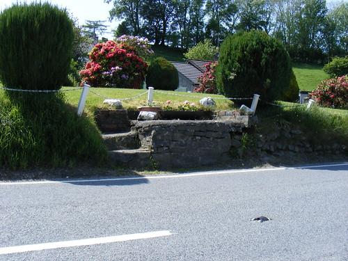 Stondin Laeth, pen ffordd Penderllwynwen, Tynygraig