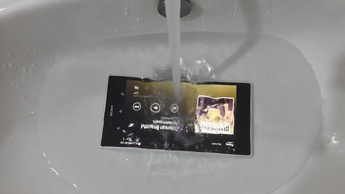 ดูจะเป็นมาตรฐานของระดับไฮเอนด์ขอ ง Sony ไปแล้ว ที่จะต้องกันน้ำได้