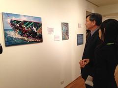 漁業署長沙志一於開幕茶會上看展,由綠色和平海洋專案主任顏寧導覽。