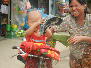Nyaung shwe market - baby with mom