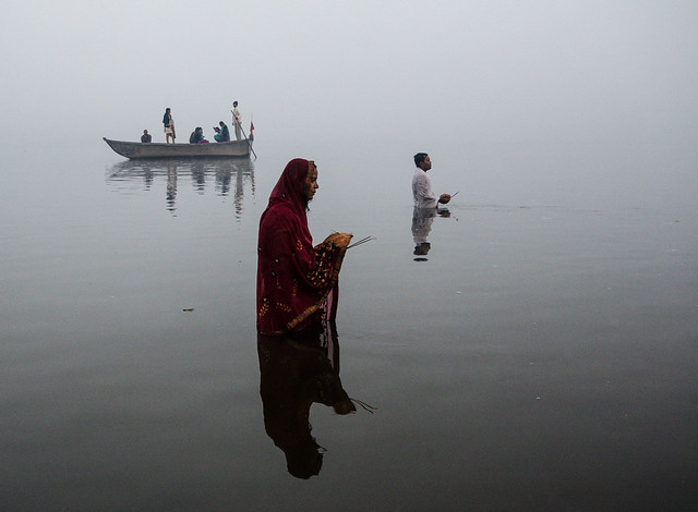 Peter Brandt - Devotees observe the festival of the sun in the Yamuna river