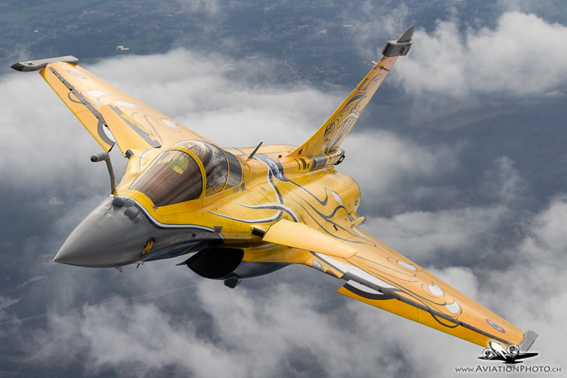 Air-to-air photomission with French Rafale Demo Team