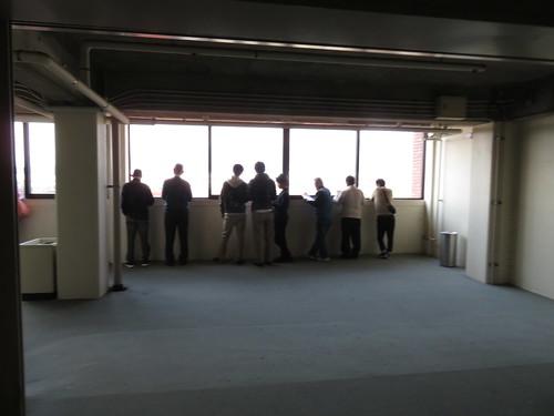 佐賀競馬場のパドックを見下ろす人々