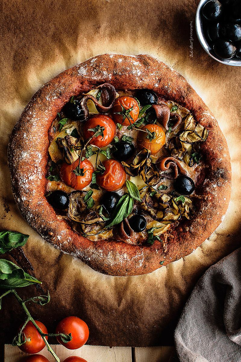 Pizza de pimiento rojo con berenjena, anchoas y aceitunas negras