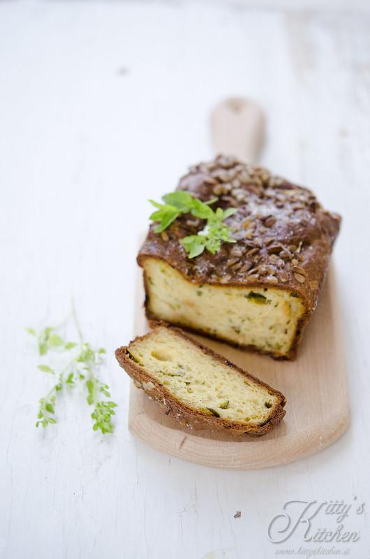 Cake alle zucchine, parmigiano e semi di girasole
