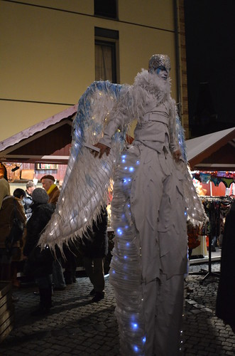 Lucia Weihnachtsmarkt Berlin angel on stilts