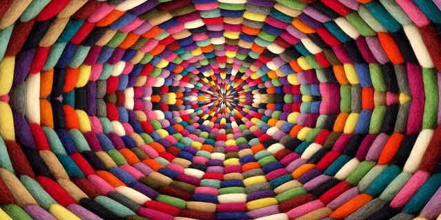 Kunstwerk mit buntem Teppich