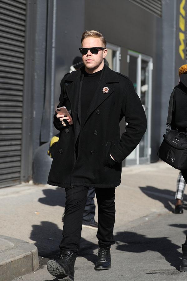 黒Pコート×黒Tシャツ×黒パンツ×黒レースアップブーツ