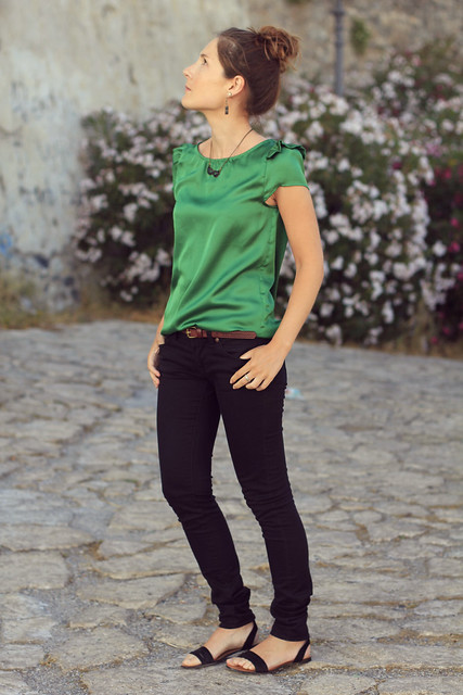 outfit verde y negro
