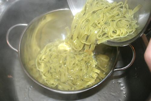 39 - Nudeln abgießen / Drain noodles