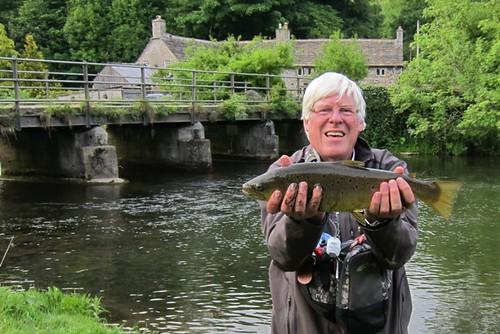 Charles met een bruine forel uit de rivier Wye