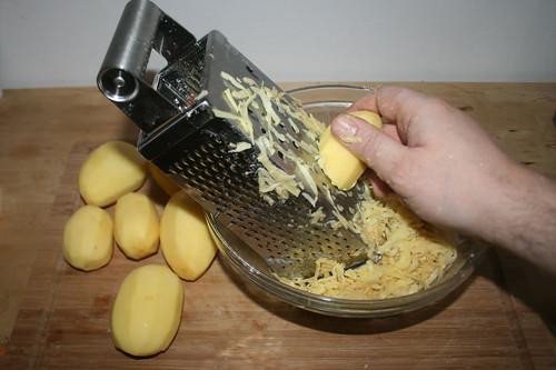20 - Kartoffeln reiben / Grate potatoes