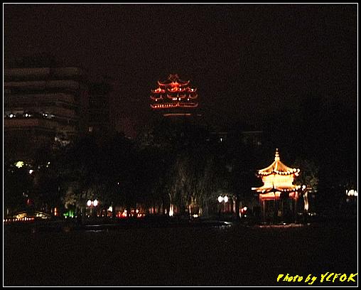 杭州 西湖 (其他景點) - 321 (在西湖十景之 柳浪聞鶯 (近古湧金門) 看西湖湖濱路及西湖畔夜景 中間是城隍閣)