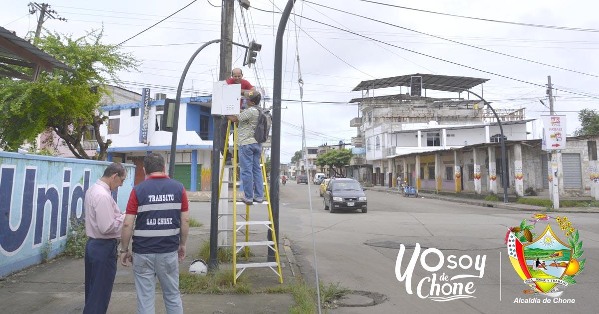 Dirección de Tránsito realiza arreglos de semáforos en Chone