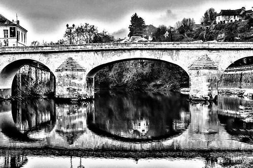 ⚫️Reflect bridge ⚪️  #reflection #bridge #streetphotography #montignac #blackandwhite #acpiktur #picoftheday #postoftheday #potd #photooftheday #photographer #village #travel #travelgram