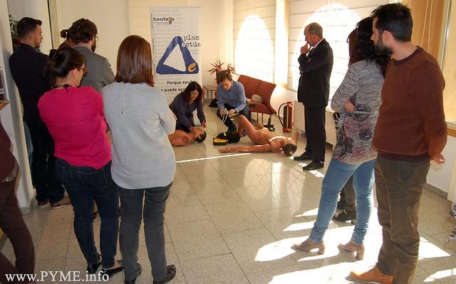 Los miembros del Dto. de Prevención de Riesgos Laborales muestran cómo llevar a cabo una reanimación cardiopulmonar.