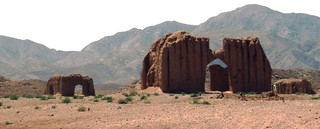 Iran, dans le désert (nord) des constructions détruites par un tremblement de terre, remontant sans doute à 1968