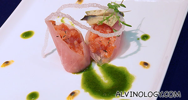 Salmon: in tartare, avocado, passion fruit