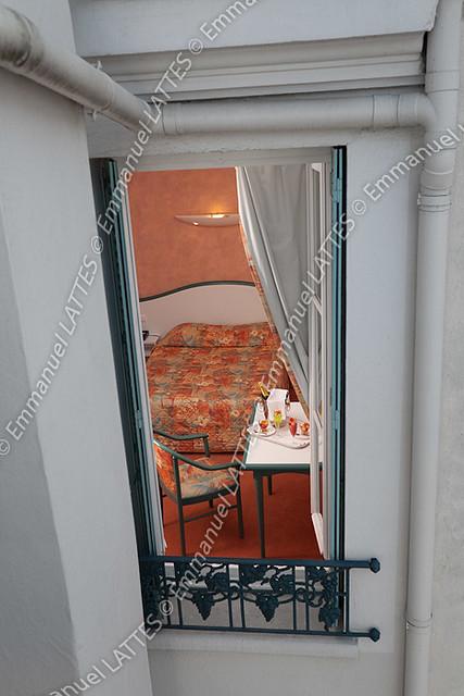 Vue d 39 une chambre d 39 h tel depuis la fen tre ouverte for Chambre d hotel sans fenetre