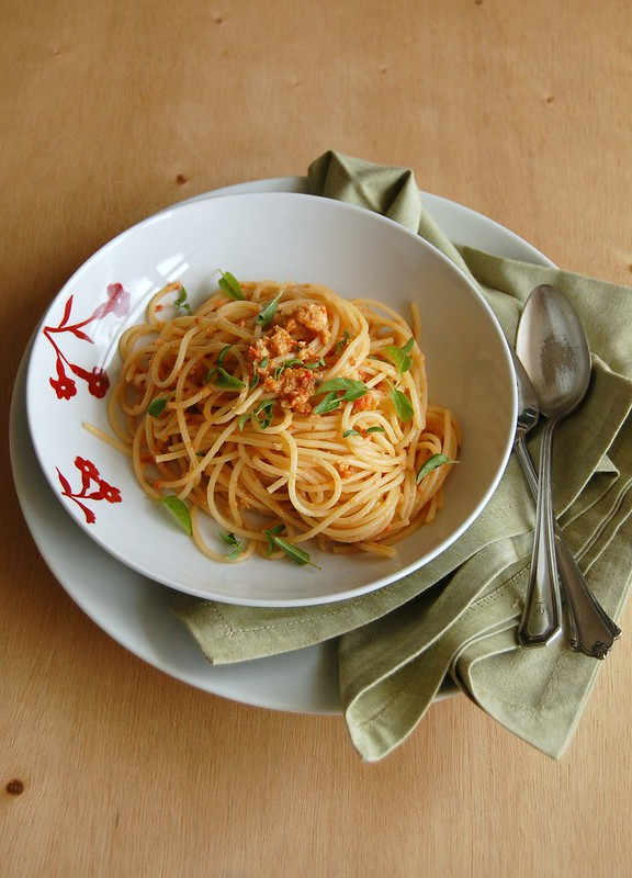 Sicilian pasta with tomatoes, garlic and almonds / Espaguete siciliano com tomates, alho e amêndoas