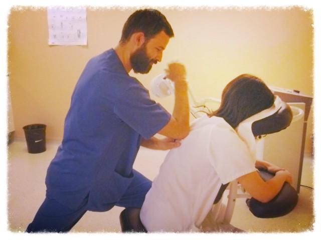 antonReina, enfermero, dando masajes en el hospital a una compañera fisio. Ninguna intención terapéutica, ¿eh? Que conste, jeje ;)